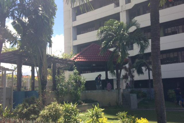 リゾート感のある学校の中庭